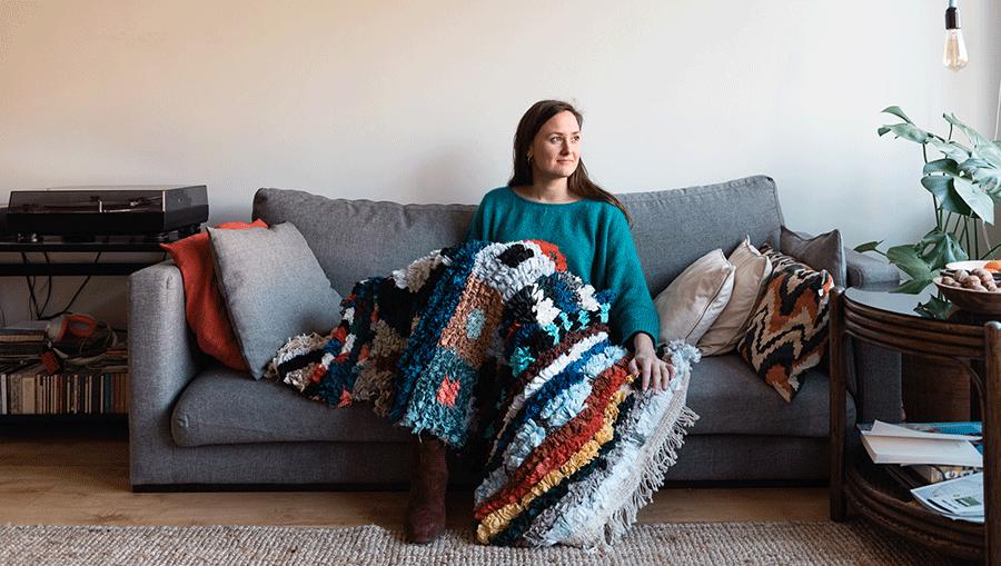 De kleding van Eva's overleden tweelingzus leeft verder in een tapijt